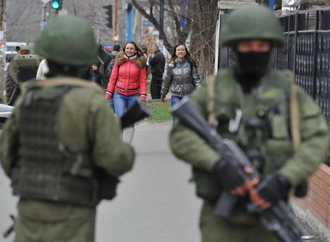 """Crimeea, Simferopol, 21 martie. Militari din """"autoaparare"""" blochează o unitate militară ucraineană"""