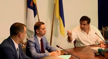 Saakaşvili (dreapta) şi Procurorul general al regiunii Odesa (stânga)