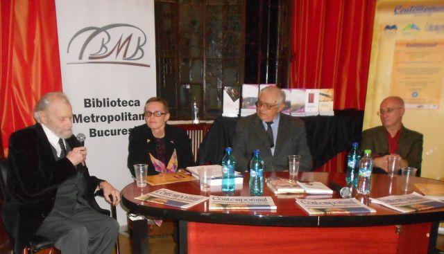 Vorbeşte Mirel Zamfirescu - la primirea premiului de Excelenţă in Artele Plastice. Alături de el amfitrionii evenimentului Aura Chrisi si Nicolae Breban. În stânga Gabriel Andreescu. Gala Premiilor Contemporanul 2015.