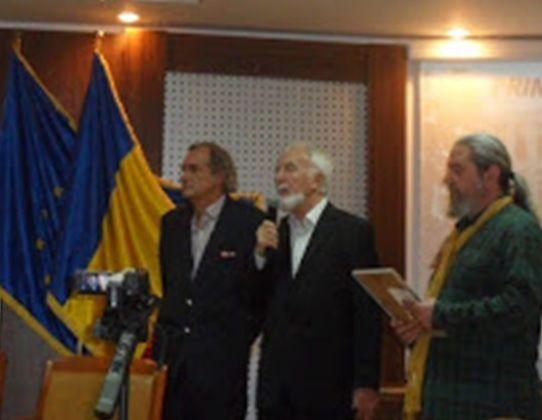 Vorbeşte Ion Lazu. În stânga şi în dreapta Emil Lungeanu şi Aurel Maria Baros. Gala Premiilor Filialei de Proză, U.S.R.