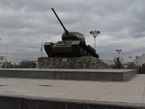 Tancul sovietic din centrul Tiraspolului reamintește în permanență de războiul civil din 1992