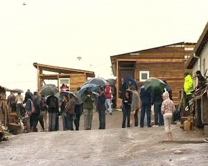 Casei de lemn construite pe cei 20 de mp. de teren oferiţi de primărie fiecărei familii