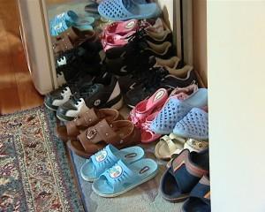 O pereche de papuci pentru fiecare locatar al camerei