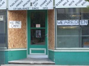 """""""E deschis"""" - sfidarea comercianților cu magazine atacate la adresa huliganilor"""