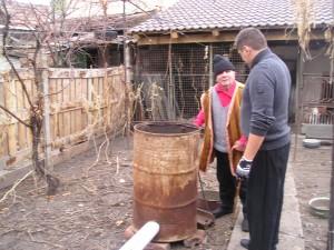 Sibiu 2011.Bunicul ii arata nepotului din Montreal cum se afuma slanina si carnatii